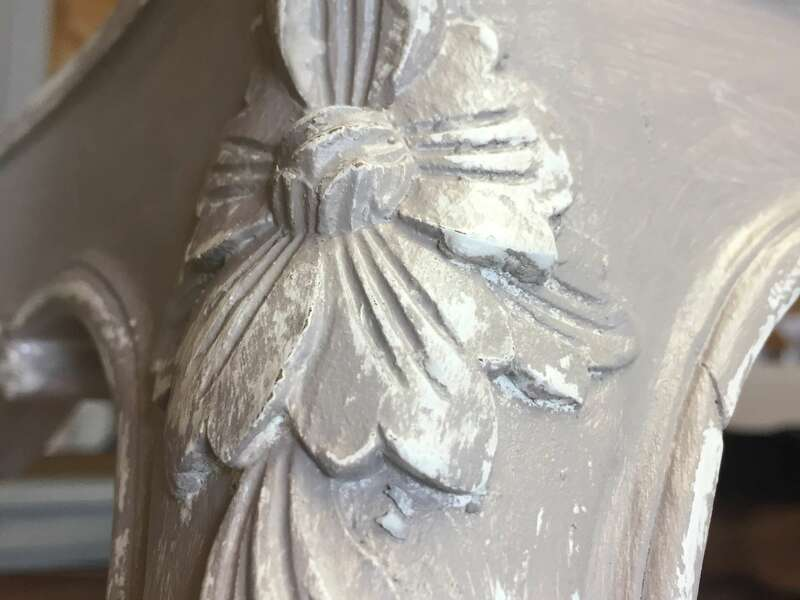 Patine grise sur fond blanc, effet shabby pour un rendu d'usure authentique sur pietement table de salon