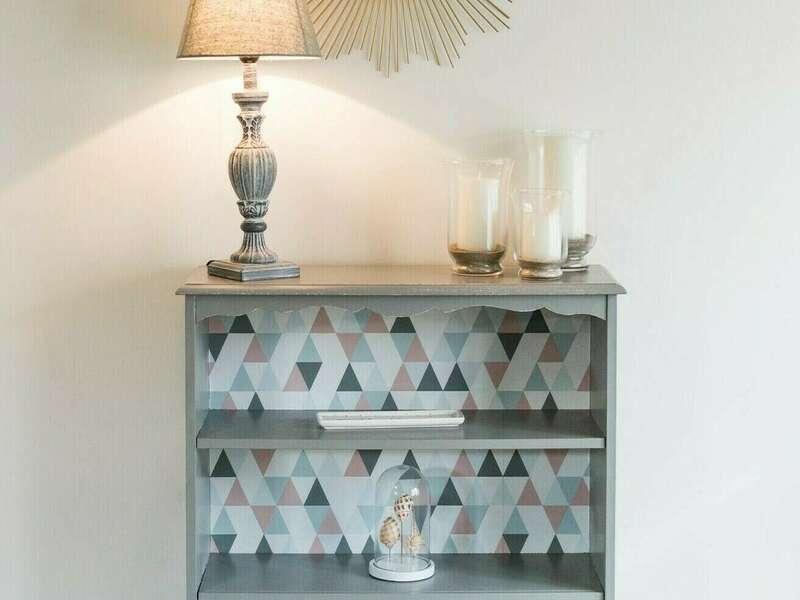 Bibus gris, fond papier peint - 180€ Lampe, pieds patiné gris, abat-jour tissus gris - 60€