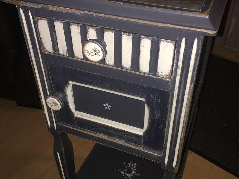 Chevet - Table d'appoint - plateau béton ciré, patine gris foncé et blanc, intérieur peint - boutons porcelaine et bois @veromiral - 110€