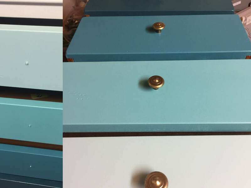 Détail camïeu de bleu sur tiroirs
