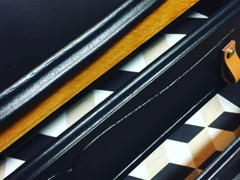 Détail intérieur tiroirs en papier peint pour une commode