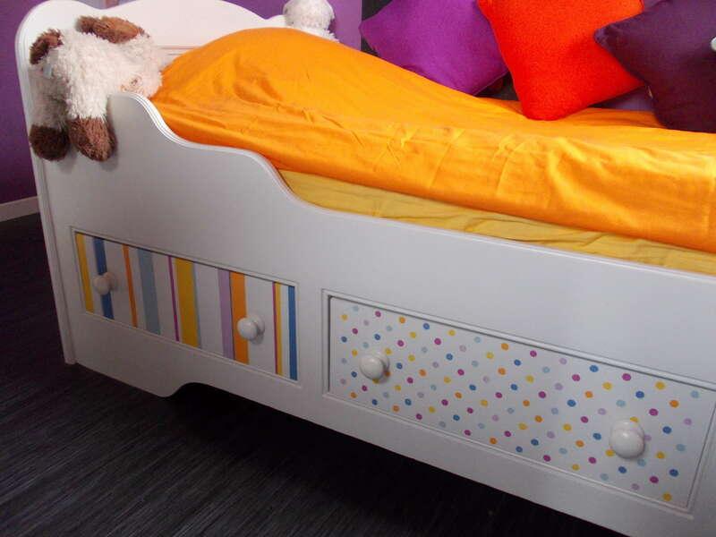 Lit bateau pin ciré Peinture Color'Mat Coton et pochoirs pois multicolor, rayures multicolores