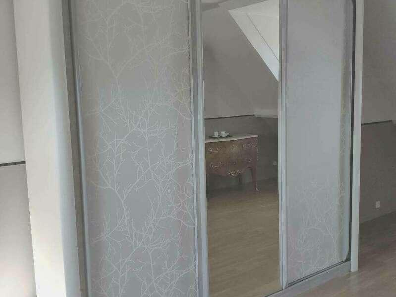 Armoire  portes coulissantes, peinture Color'Mat Prestige et Cendre, patine poudré sur Cendre et papier peint @casadeco sur portes pleines