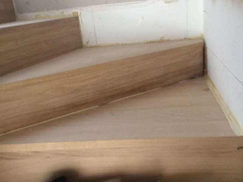 Rénovation et réparation de marche d'escalier en bois sur Paris et Île de France