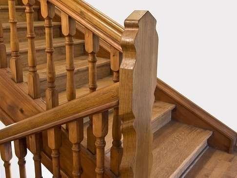 Escalier en bois en rénovation par AMF Menuiserie Paris et Île de France