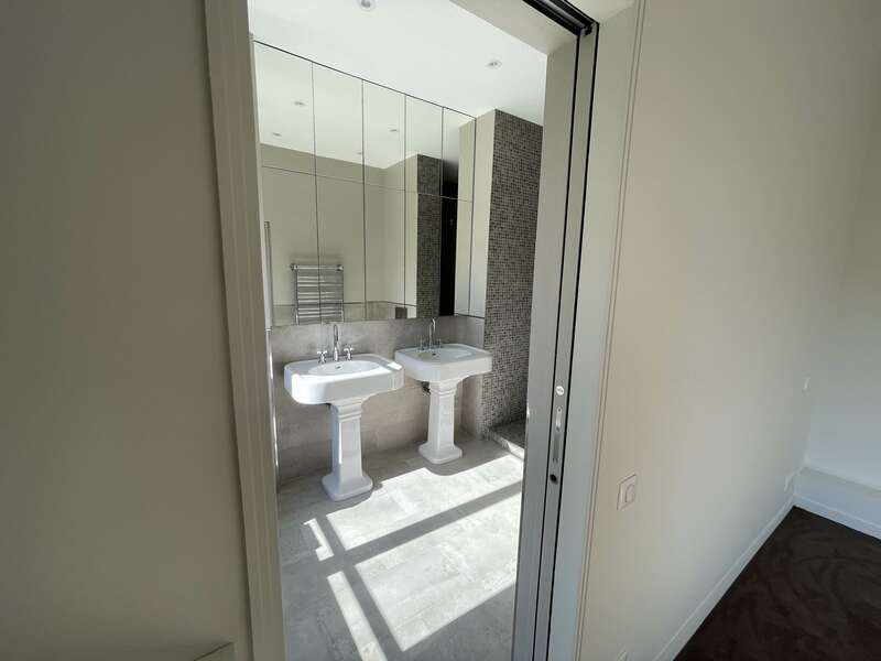 Pose de 2 vasques et d'un mur de miroir