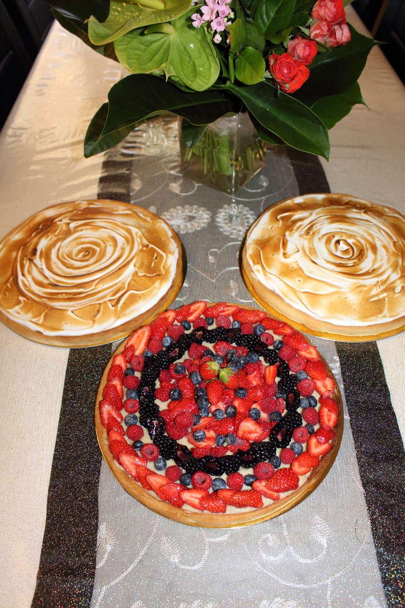 assortiment tarte citron meringuer cacher pour buffet dessert