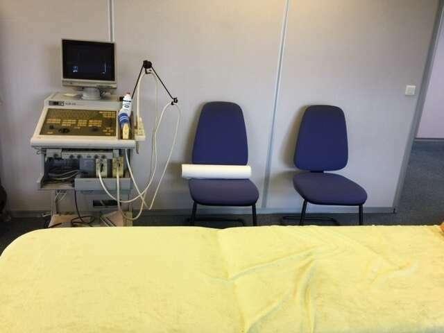 Salle d'échographie avec matériel en fonction