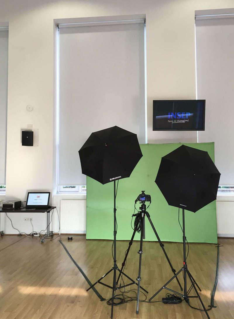 Installation du fond vert avec des flashs de studio photo.