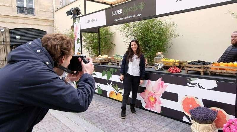 Photoflyer à l'entrée de l'événement pour Sephora aux couleurs du thème de la journée.