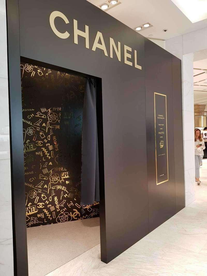Décor extérieur du photobooth au corner Chanel du magasin Harrods