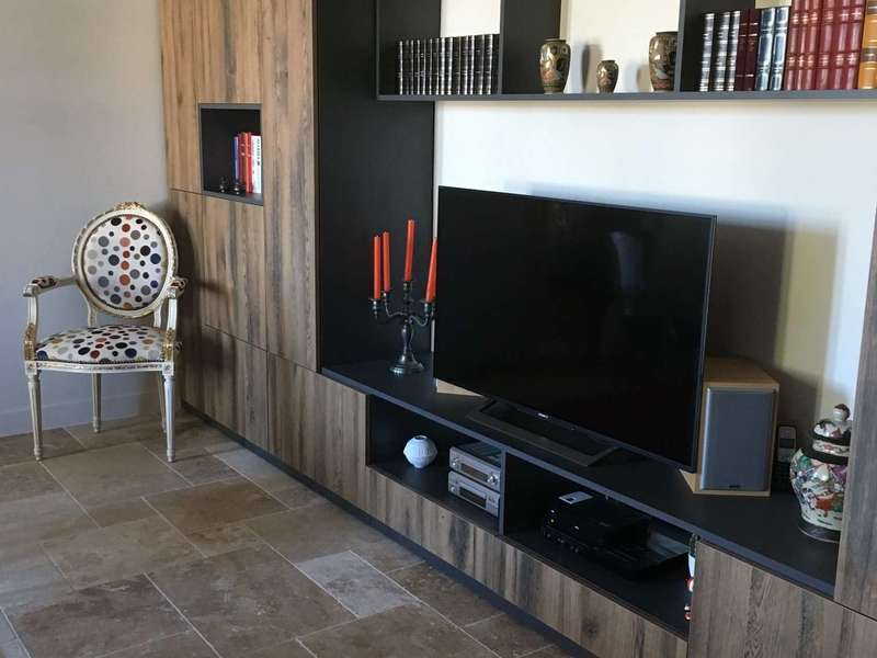 meuble_tv_sur_mesure_cre_ation_bois_and_design_agencement_camblanes