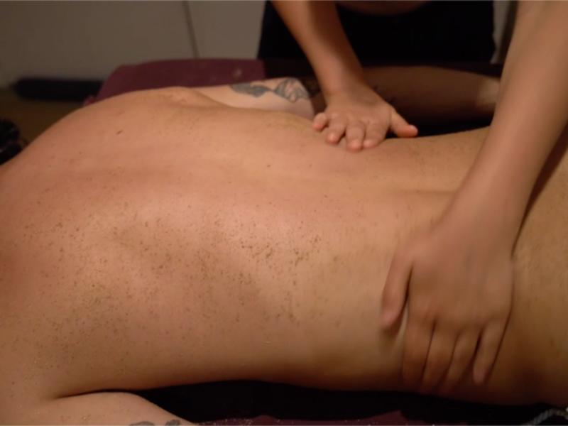 Réalisation de vidéos pour un site de formation en ligne. Ici, le massage Udvartana en démonstration
