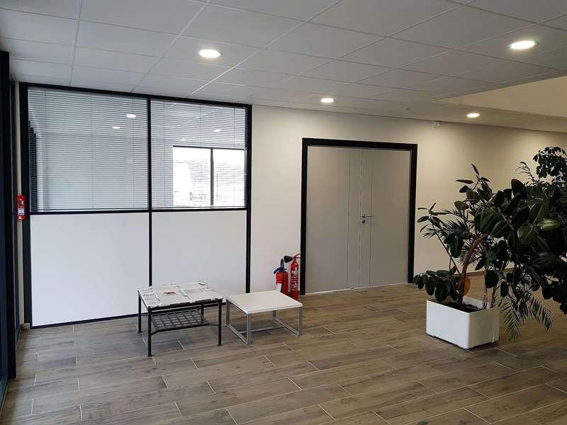 Bureaux Base Logistique SCI THURVAL, Porte bois + Cloison vitrée avec stores intégrés