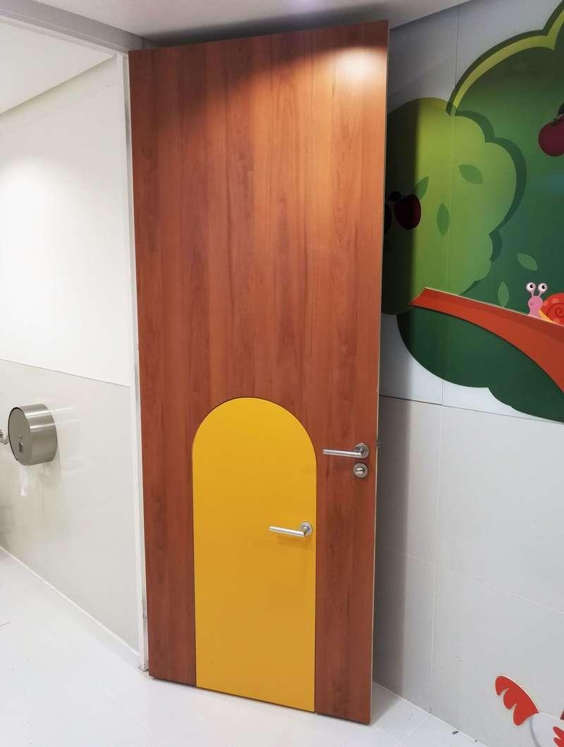 C.C. AEROVILLE, Porte bois avec porte cintrée intégrée pour enfant