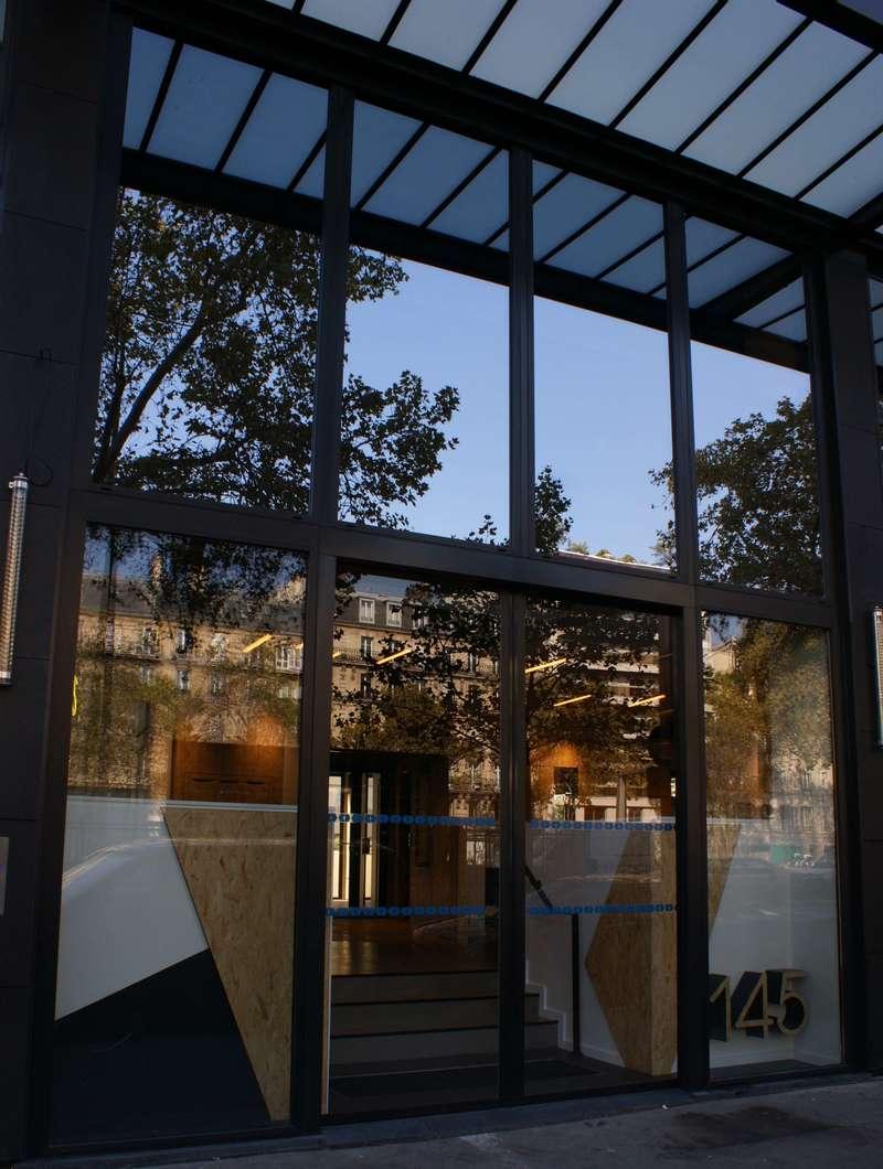 Bureaux NEUILLY, Façade vitrée, vitrage Antelio Argent, Porte automatique.