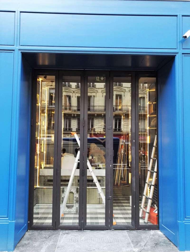 Boutique Avenue de l'Opéra, Porte accordéon rétractable derrière habillage. Porte breveté