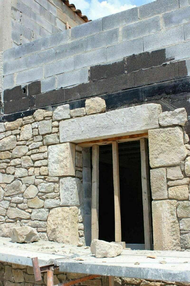 Création d'une ouverture en pierres taillées
