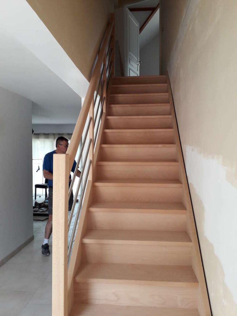 Escalier droit en hêtre avec contremarches, balustres tubes inox - No 59  Escalier sur mesure Stéphane LESEUR - Seine Maritime