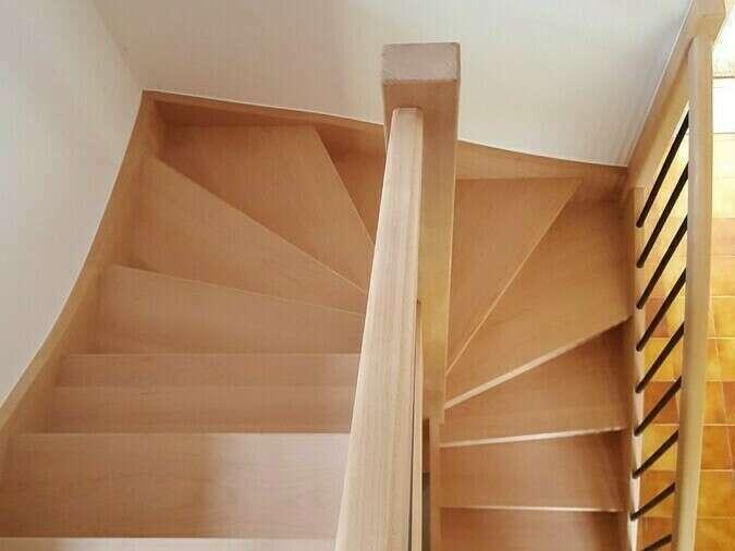 Escalier 2/4 tournants en hêtre, balustres tubes métal noir - No 16 Fabricant d'escalier en Seine-Maritime, Stéphane Leseur