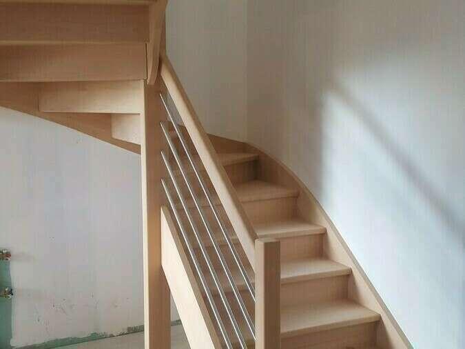Escalier 2/4 tournants en hêtre, balustres tubes inox - No 53 Artisan menuisier - escaliers sur mesure en Seine-Maritime, Stéphane Leseur