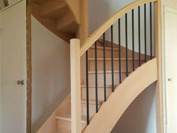 Escalier 2/4 tournants en hêtre, balustres tubes métal noir - No 16  Escalier sur mesure réalisé par Stéphane LESEUR, menuisier en Seine Maritime