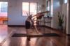 femme faisant du yoga chez elle