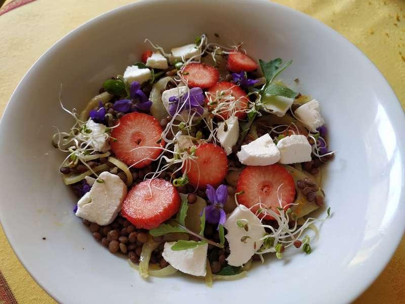 Salade de lentilles aux fraises et à la feta