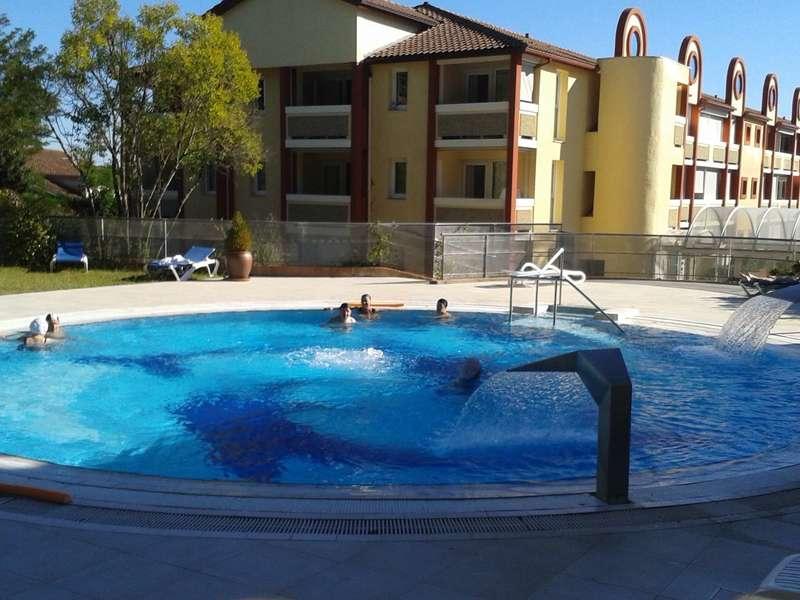 La piscine ludique, ouverte l'après-midi.  En fond : la résidence des Demeures de Borda