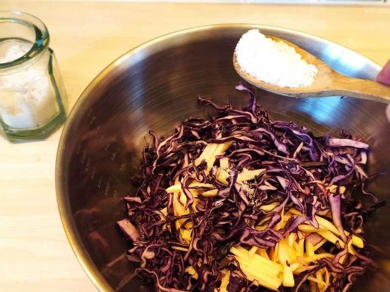 j'ajoute une cuillerée de sel fin, et je masse pendant une dizaine de minutes  pour faire ressortir leur jus