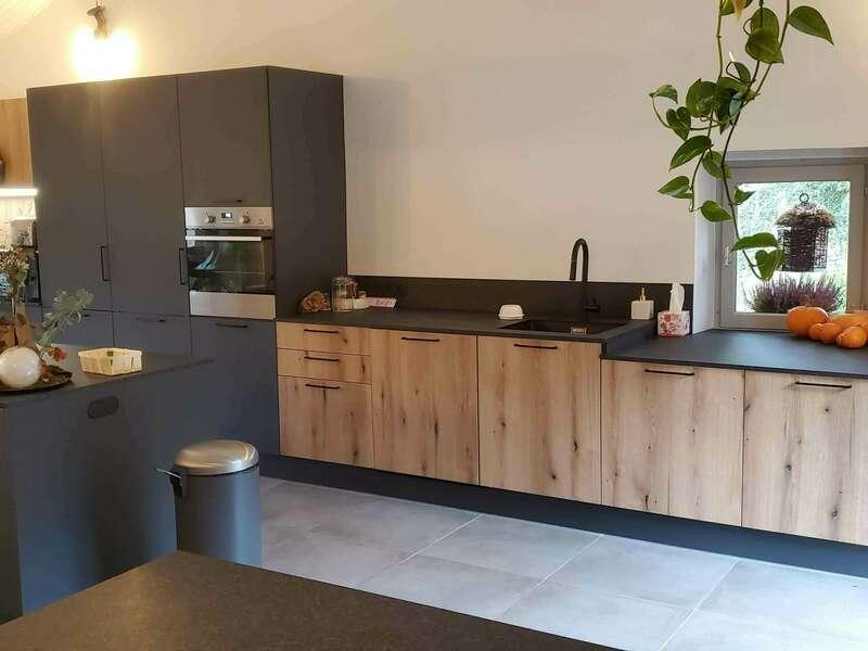 cuisine_moderne_facades_melamine_ton_bois_facades_laquees_plan_de_travail_compact_plaque_de_cuisson_avec_hotte_integree