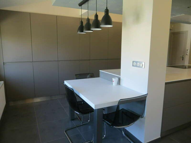 cuisine_moderne_facades_laquees_gorge_prise_de_main_plan_de_travail_solid_surface_resine_v-korr_2_