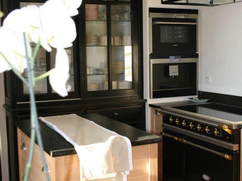 cuisine_bois__chene_granit_noir_piano_de_cuisson_lacanche_vaisselier_orchidee