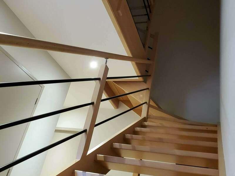 escalier_bois_massif_hetre_garde-corps_tubes_metalliques_verre