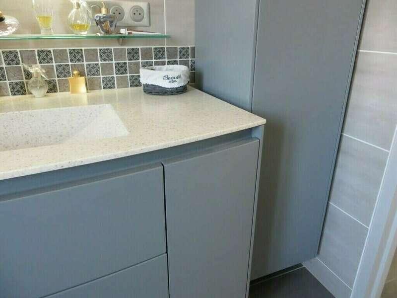 salle_de_bain_mobilier_facades_laquees_plan_de_toilette_resine_solid_surface_v-korr
