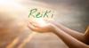 mains illuminées par le magnétisme Reiki