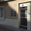 Cabinet Caen Hypnose la façade Plaques de nom et thérapies Ostéo, Réflexo, Kinésio, Hypno