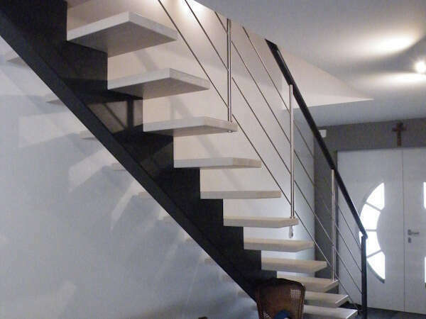 escalier_noir_blanc_limon_central