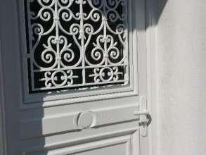 Porte d'entrée avec grille de défense