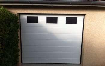 Porte de garage sectionnelle avec hublot