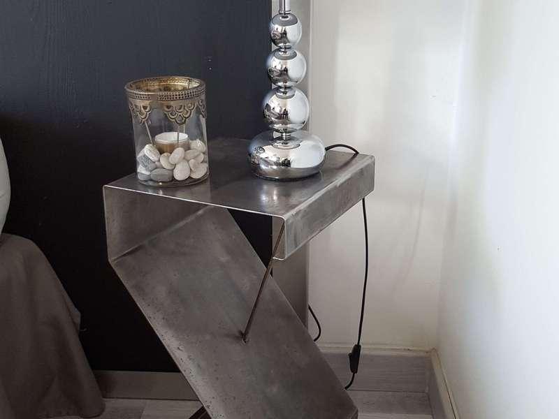 Table de chevet : haut: 50x25x25 cm. 120 € les 2 pièces.