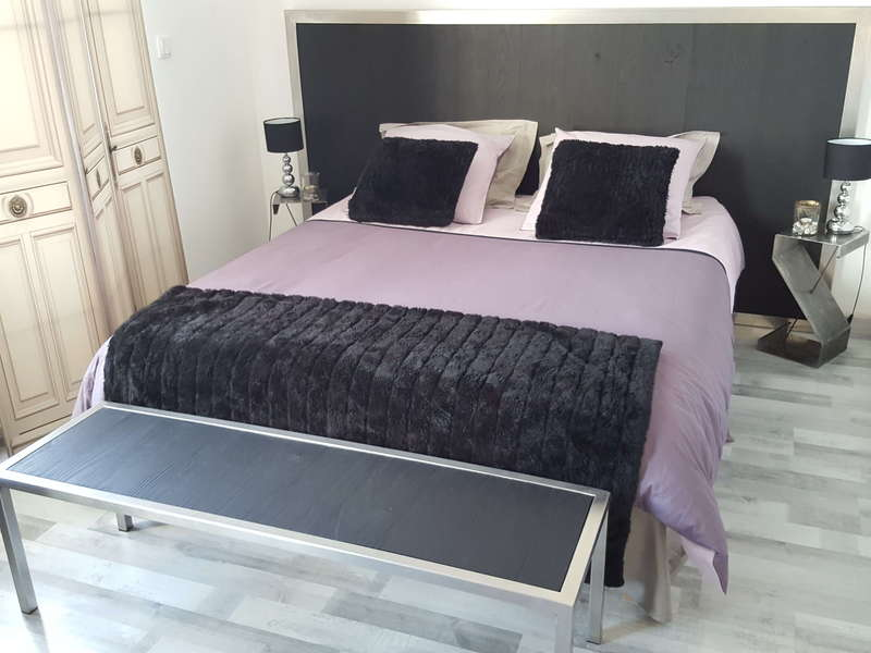 Tête de lit, inox, bois sablé peint, haut 1,2mx2,5m. 750€. Bout de lit inox bois sablé peint 250€.