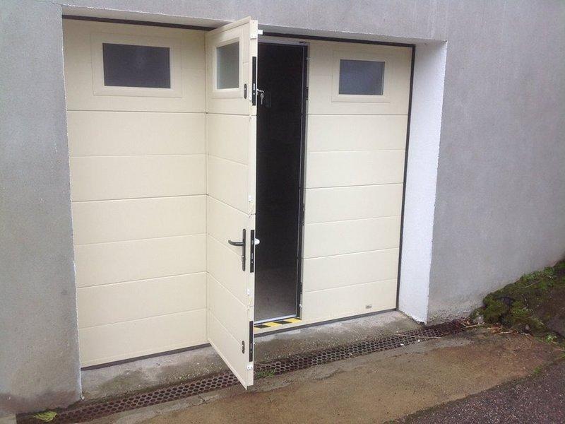Porte sectionnelle avec portillon intégré
