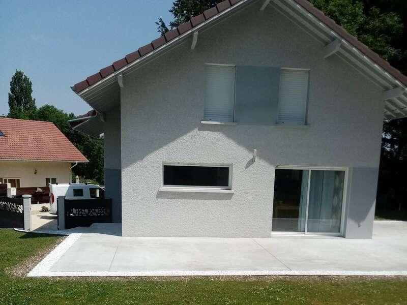 Réalisation de terrasse périphérique et contour avec bordure et gravier blanc
