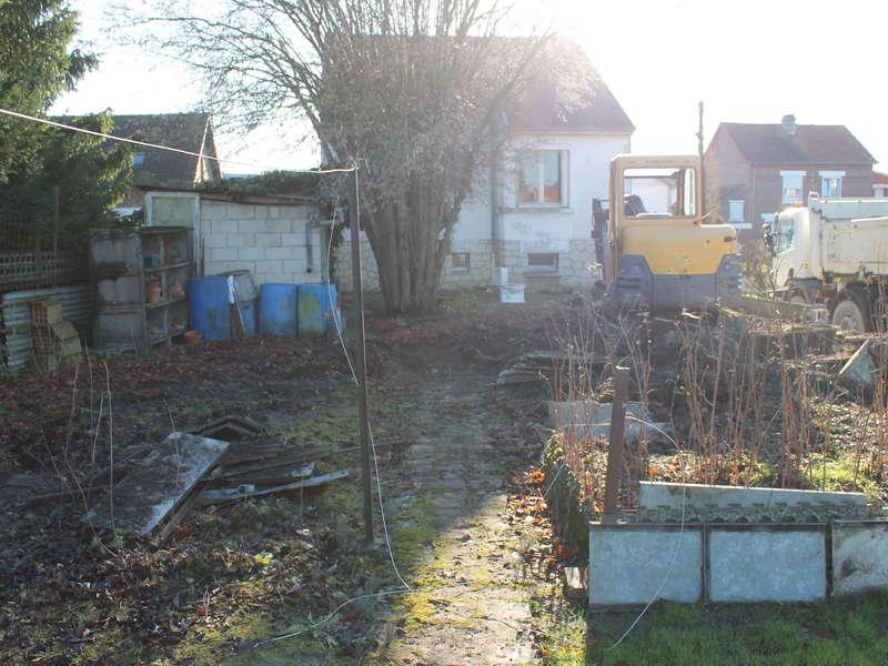 Aménagement extérieur : Dessouchage et terrassement pour futur parking, montage du muret de séparation avec chapeau plat et pose de clôture rigide avec occultant.