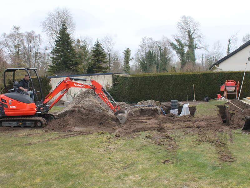 Terrassement et fond de forme pour piscine enterrée en zone humide.
