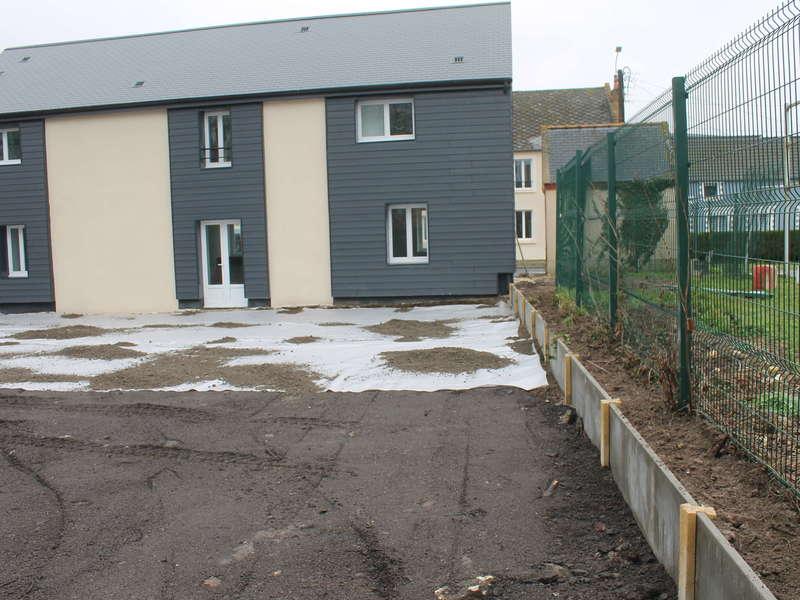 Aménagement de parking pour logement avec pose de portillon, clôture rigide et soubassement béton.