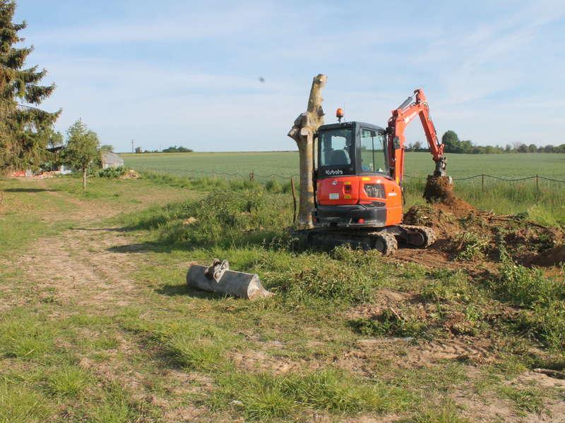 Mise en place d'une filière assainissement non collectif avec une fosse toutes eaux, une dalle de répartition de charge, tranchée drainante et poste de relevage.
