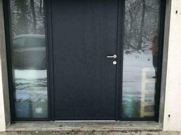 APRÈS : Porte d'entrée en aluminium Gris 7016 à La Roche sur Foron
