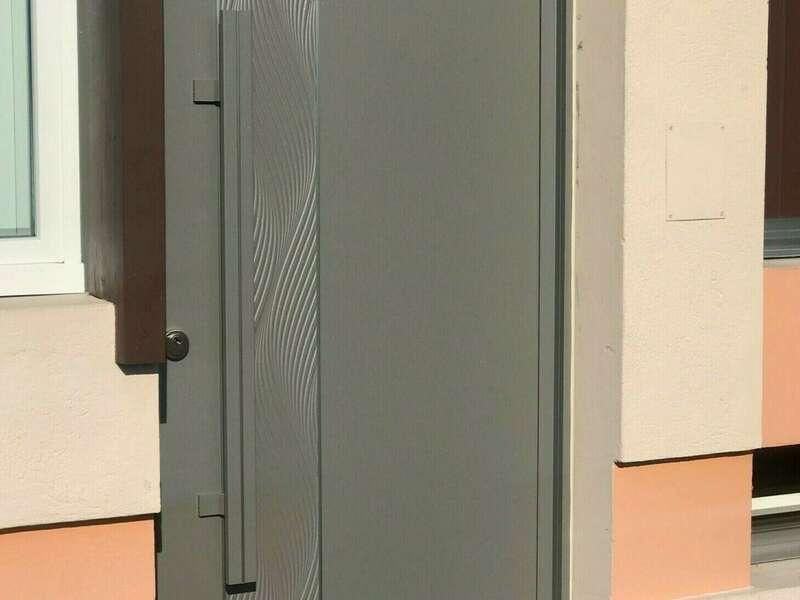 Porte alu Grège texturé , modèle TENERE effet ONDE avec poignée de tirage sur THYEZ (74300)